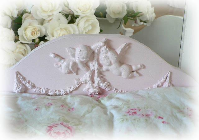 Alexis Pet Bed w/Cherubs